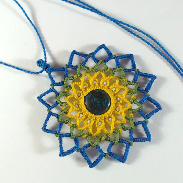 98baa7e53996 Dije mandala colgante en micro macramé con hilo Linhasita - Perles   Co