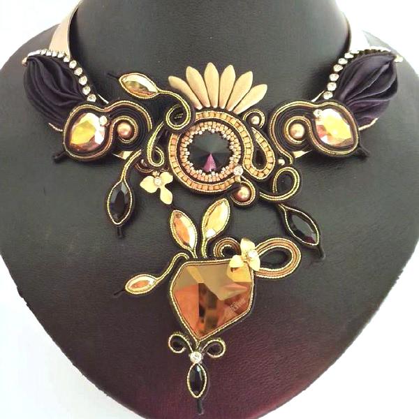 30893594ef8b Collar elegante con la trenza Shibori seda y cristales de Swarovski ...
