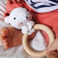 Simpático conejito sonajero a crochet con técnica amigurumi | 200x200